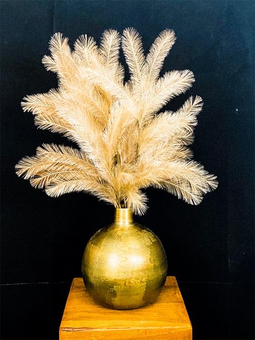 Pluimen in gouden vaas